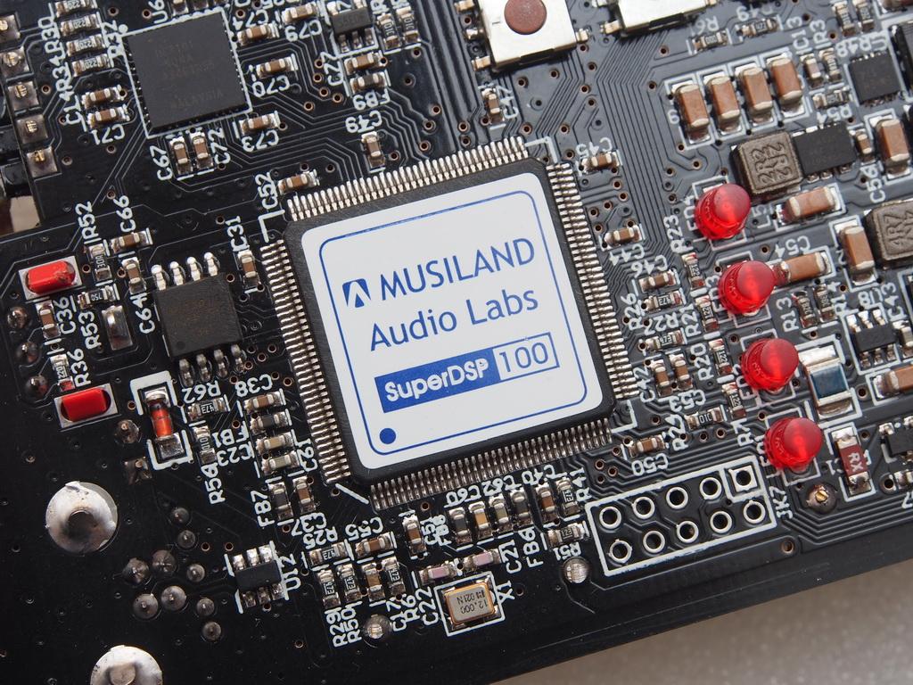 独立的数字输出信号编码器: 使用Lattice最新的超低功耗FPGA,作为独立的S/PDIF和MULINK数字输出编码器,不仅可以单独关断加长播放时间,还能有效降低数字输出的大电流信号对板上其他弱电流信号之间的干扰。 Monitor 06 MX新增对DSD的支持,可以通过MULINK 2.0接口输出到支持对应规格并具备MULINK接口的解码器和音箱。